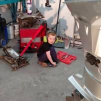 Mon gars assis a terre dans le garage plein d'outils potentiellement dangeureux. Il veux faire comme papa. Ce jour la il est sorti du garage avec un sourire de satisfaction jusqu'aux oreilles!