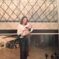 En 1999 pas de photo numérique ni de réseau sociaux pour nous juger! Mon fils a 5 semaines et nous sommes à Paris, au musée du Louvre! Et je peux vous dire que nous étions très heureux qu'il soit là car la file pour entrer était interminable mais lorsqu'ils nous on aperçu avec la poussette, ils sont venus nous chercher et nous avons pu passer devant la treeees longue file! Comme quoi, dans certains pays il y a des avantages à amener nos enfants avec nous.