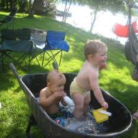 Deux bébé qui ce baigne dans une brouette!!! Nous sommes tellement indigne qu'ils sont heureux!!