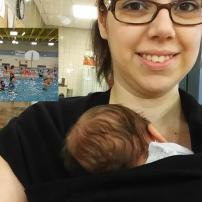 Bébé de presque 6 semaines collé sur maman pendant que son frère est dans la piscine avec papa!
