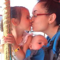 Bébé de quelques mois nous suit dans les manèges! 🎪 #FreetheBaby