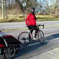 Randonnée à vélo avec bébé 1 dans la remorque et bébé 2 dans le bedon (38 semaines)