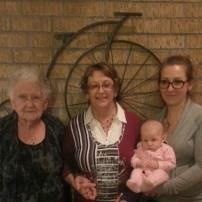 Petit voyage mtl/Rouyn-Noranda a Noël. On a immortalisé la rencontre avec arrière grand maman. Mémé Rachel Photo de 4 générations. #freethebaby