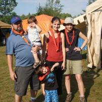 Jamais eu de problème aux scout à avoir mes enfants. Ici Jamboree 2010 mon grand avait 3 ans, bb2 18 mois et j'étais enceinte. J'y était ( jai le soleil dans la face avec la camisole rouge) avec mon papa et ma sœur et notre groupe.