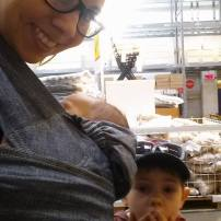 Acheter une étagère chez ikea seule avec mon grand de 4 ans et la petite de 2 mois! Oui je l'ai fait!