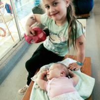Avec bébé 1 mois au cours de natation du grand frère! On en profite pour se reposer !