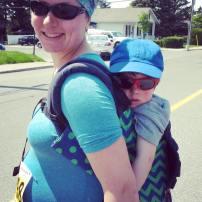 Bébé n'est pas arrivée encore mais on sort la bédaine et le plus grand. Marche 5km à la Course deschênes-toi! 2,5 km de vélo pour Noah. 2,5 km dans le dos de Maman. 33 semaines de grossesse!