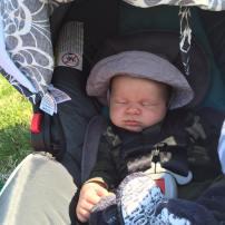 Salut je m'appelle Maverick j'ai un mois et maman et papa m'amène a la pêche :) je passe l'aprem dans le ergo baby !