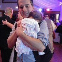 Samedi au mariage d'un couple d'amis papa a dansé avec sa fille durant la danse père-fille. À 3 mois et demi elle etait la plus jeune fille à danser avec son papa 😍